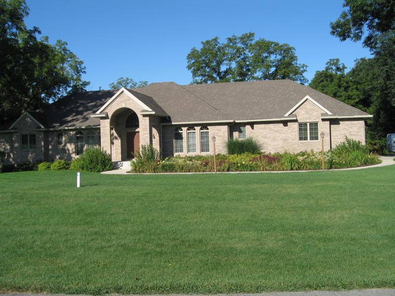 front yard landscape design & green lawn